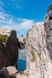 一次极端计划旅行的画象女孩的kjerag的石头的在挪威,感觉的山的  免版税库存图片