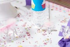一次生日聚会的欢乐桌女孩的 免版税库存图片