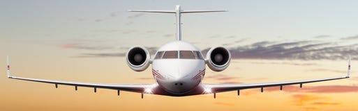 一次私人喷气式飞机飞行的前面射击 免版税库存图片