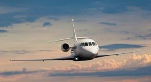 一次私人喷气式飞机飞行的前面看法 免版税库存照片
