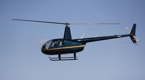 直升机飞行 免版税库存照片