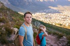 一次自然远足的确信的年轻人在山 库存照片