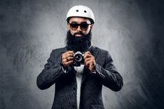一次衣服射击的专业摄影师与一台紧凑DSLR照相机 库存图片