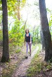 一次远足的女孩在森林 免版税图库摄影