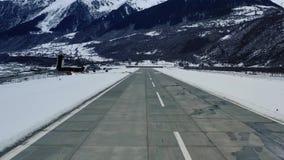 一次飞机着陆的观点在山腰机场,4k 股票录像