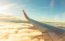一次飞机飞行的翼在云彩之上的 (被过滤的图象PR 免版税库存图片