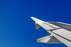 一次飞机飞行的翼在云彩之上的 图库摄影