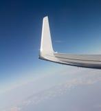 一次飞机飞行的翼在云彩之上的 免版税图库摄影