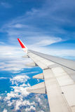 一次飞机飞行的翼在云彩人民上的看s 库存图片