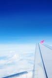 一次飞机飞行的翼在天空的 库存图片