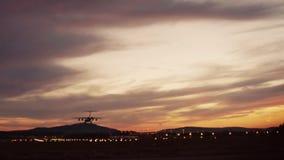 一次4个引擎波音747飞机飞机着陆的英尺长度在光亮的小机场 在背景的机场光 外面 股票录像