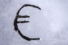 一欧元的图片签署了拉长在雪 免版税库存照片