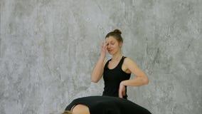 一正面年轻黑人妇女实践的瑜伽和笑的画象 股票视频