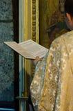 一正统教士祈祷 免版税库存照片