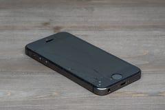 一残破的iPhone 5的照片 免版税库存图片
