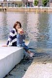 一母亲和儿子室外使用的可爱的画象在岸 库存照片