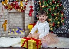 一点东南亚国家联盟女孩解开礼物 圣诞节场面 免版税库存照片