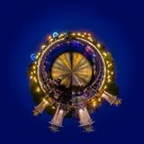 一点亚历山大二世桥梁行星视图在巴黎在与重要人物的晚上在背景中 免版税图库摄影