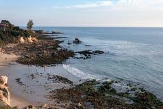 一点光环海滩在新港海滨加利福尼亚处于低潮中 免版税图库摄影