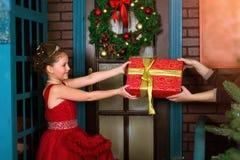一点冬天公主收受圣诞节礼物 库存照片