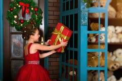 一点冬天公主收受圣诞节礼物 免版税图库摄影