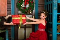 一点冬天公主收受圣诞节礼物 免版税库存图片