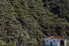一点区域的山的教会在巴列尔莫索附近的拉戈梅拉的,西班牙 库存照片