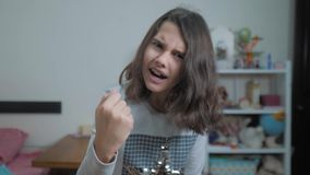 一点十几岁的女孩恼怒的姿态拳头威胁手 慢动作录影 威胁与拳头的女孩孩子 青少年的女孩要求 股票视频
