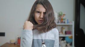 一点十几岁的女孩恼怒的姿态拳头威胁 慢动作录影 威胁与拳头的女孩孩子 青少年的女孩请求  影视素材
