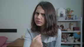 一点十几岁的女孩恼怒的姿态拳头威胁 慢动作录影 威胁与拳头的女孩孩子 青少年的女孩请求  股票录像
