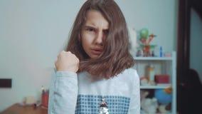 一点十几岁的女孩恼怒的姿态拳头威胁 慢动作录影 威胁与拳头的女孩孩子 青少年的女孩请求  股票视频