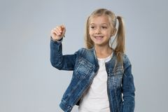 一点十几岁的女孩文字拷贝空间,小儿童愉快微笑 免版税库存图片