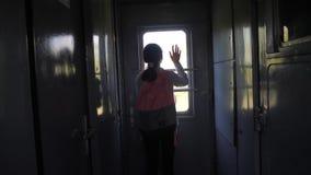 一点十几岁的女孩是旅行乘火车的背包徒步旅行者 旅行运输生活方式铁路概念 旅游学校 影视素材