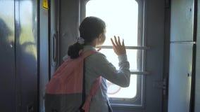 一点十几岁的女孩是旅行乘火车的背包徒步旅行者 旅行运输铁路概念 旅游学校女孩 影视素材