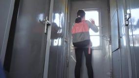 一点十几岁的女孩是旅行乘火车的背包徒步旅行者 旅行运输铁路概念 的旅游学校女孩 股票录像