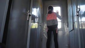 一点十几岁的女孩是旅行乘火车的背包徒步旅行者 旅行运输铁路概念 的旅游学校女孩 股票视频