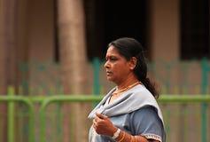 一点印度,新加坡2008 画象未知的印地安妇女walki 图库摄影