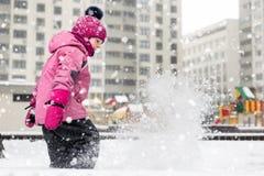一点可爱宝贝女孩获得在操场的乐趣在冬天 儿童冬季体育和休闲室外活动 库存照片
