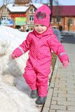 一点可爱的2年女孩在温暖的衣裳走冬天 图库摄影