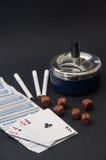 一点和木模子啤牌与一个烟灰缸和香烟在a 库存照片