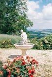 一点喷泉在托斯卡纳,集合在庭院里 免版税库存图片