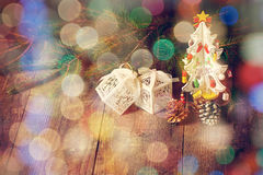 一点圣诞树,小的箱子,锥体,杉木分支 免版税库存图片