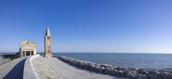 一点在旁边教会海在白天 蓝色和平安的环境 免版税库存照片