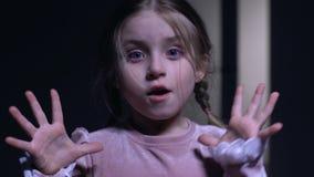 一点在照相机突然惊吓的女孩,害怕黑暗,鬼魂恐惧 影视素材