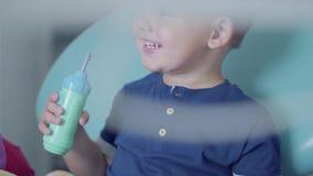 一点坐在椅子的无忧无虑的男孩在牙齿办公室 牙齿的逗人喜爱的孩子 牙齿治疗,医疗概念 影视素材