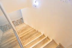 一点大厅内部有木楼梯的 库存图片