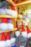 一点天使和地精雕象在圣诞节市场上在里加 免版税库存图片