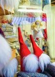 一点天使和地精雕象在里加圣诞节市场上 图库摄影