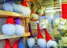 一点天使和地精雕象在里加圣诞节市场上 免版税库存照片