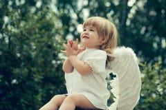 一点天使拍他的手 免版税图库摄影